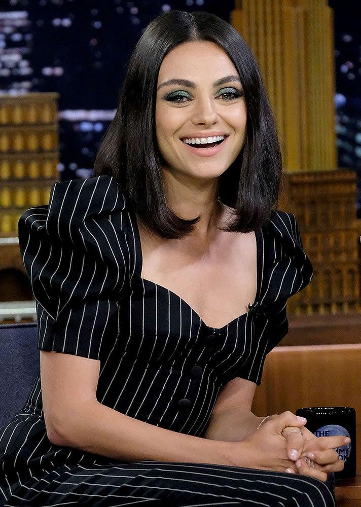 Mila Kunis Wears Green Eyeshadow on Press Run - Flashmode Arabia - مقالات تعليمية مجانية