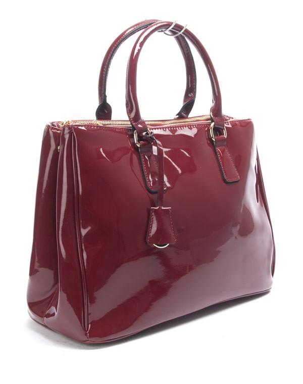 حقيبة ذات لون أحمر خمري